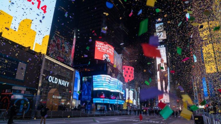 """Сидни  Конфети паднаха след полунощ на полупразния """"Таймс Скуеър"""" в Ню Йорк. Тази година право да посрещнат там новогодишната нощ имаха служителите на първа помощ в борбата с пандемията и техните семейства."""