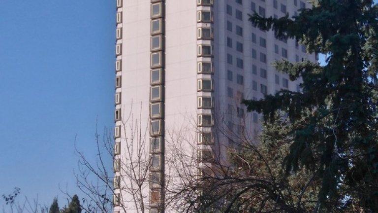 """Хотел """"Маринела"""" - 98 метра, 22 етажа, 1979  Горе-долу с височината на сградата на КНСБ, но в много по-модерен за времето си стил, през 1979 е завършена сградата на """"Японския хотел"""" или """"Витоша Ню Отани"""". Това е една от първите сгради на японския архитект Кишо Курокава, който е сред създателите на архитектурното течение Метаболизъм. В хотела архитектът проектира и японска градина, която е копие на 400-годишната градина в главния хотел на веригата """"Ню Отани"""" в Токио. Хотелът продължава да е сред най-големите в София с 442 стаи. След промените хотелът приватизиран и е преименуван на """"Кемпински Хотел Зографски"""" по името на тогавашния собственик хотелската верига """"Кемпински"""". В края на 2014-а хотелът е придобит от компанията """"Виктория груп ВМ"""" и е пременуван на """"Маринела"""" по името на съпругата на собственика Ветко Арабаджиев.  Снимка: Webcafe"""