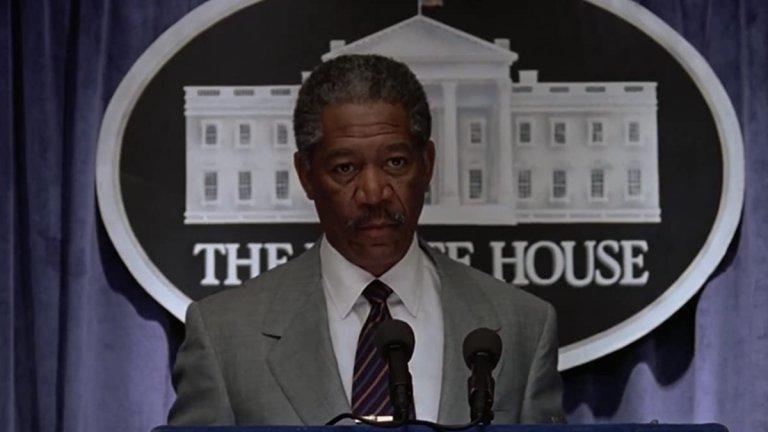 """Морган Фрийман в """"Смъртоносно влияние"""" (1998 г.)  Няколко години преди Барак Обама да бъде избран за президент, Морган Фрийман изигра цветнокож такъв в това пуканково зрелище. В """"Смъртоносно влияние"""" (Deep Impact) той е президентът Том Бек. Той има нелеката задача да съобщи не само на САЩ, но и на света, че към Земята се носи комета с дължина 11 км, която може да заличи човечеството. Кой актьор е по-добър избор за президент, който да съобщи подобна новина и след това убедително да се усмихва, от актьора, изиграл Бог?  Фрийман има силно присъствие в иначе не особено запомнящия се """"Смъртоносно влияние"""". А неговият президент Бек дори е в толкова добри отношения с Русия, че двете държави заедно работят по спасяването на света. Не ни се иска на сегашните истински президенти да им се налага нещо подобно..."""
