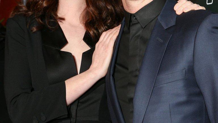 Ан Хатауей   Двамата се женят през 2012-а. Тя е една от най-известните актриси на Холивуд, той е дизайнер на бижута. Шулман изцяло променя начина, по който Хатауей мисли и прави така, че тя да не може да си представи повече живота без него.   Той може и да не изглежда като излязъл от корица на списание, но има сериозен шанс тази двойка да изкара мнооого дълго време заедно.