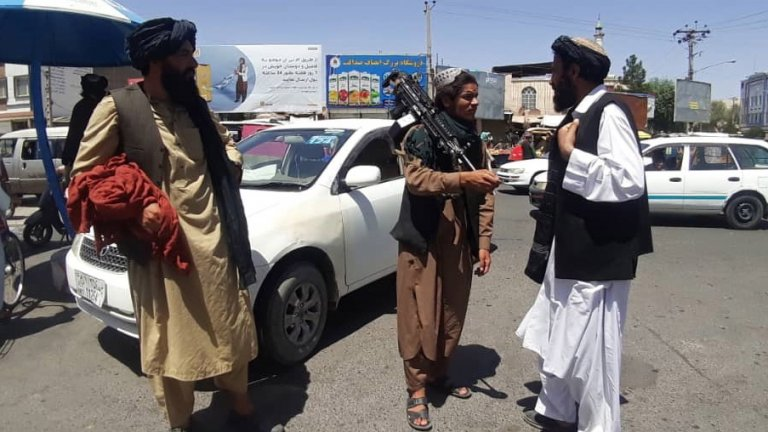 На летището в Кабул продължава да цари хаос
