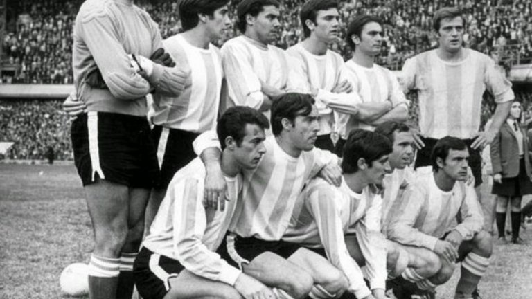 """Аржентина, Мондиал 1970 Аржентина също не успява да се класира само веднъж (благодарение на Меси), макар че по ред причини не взема участие на световните финали през 1938, 1950 и 1954 година. Но през 1970-а """"гаучосите"""" не пътуваха до Мексико главно заради представянето си на терена. Наистина между 1967-а и 1969-а отборът сменя четирима различни треньори, а ръководството на местната федерация е принудено да подаде оставка две седмици преди старта на квалификациите. И все пак тима остава втори на Копа Америка 1967 и има в състава си футболисти като Рафаел Албрехт, Антонио Ратин и Мигел Анхел Бриндизи и всеки очаква от тях най-малко класиране за форума. Първият мач като гост на Боливия обаче завършва със загуба 1:3, а след това нещата така и не потръгват. Седмица по-късно отборът губи с 0:1 от Перу, а в реваншите Аржентина стига само до 1:0 срещу Боливия и 2:2 с перуанците. Така Мексико 1970 си остава мираж за """"албиселесте""""."""