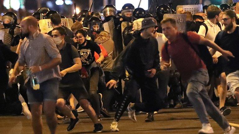 Протестиращите не вярват на официалните резултати, според които над 80% от хората са гласували за Лукашенко. Тяхната демонстрация в нощта на изборите обаче беше смазана със сила от отряда за борба с безредиците.