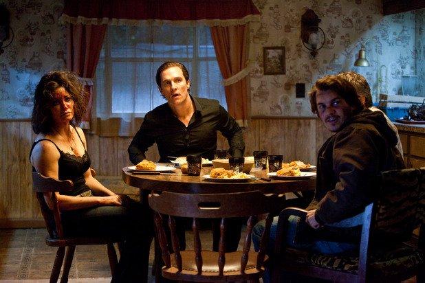 """""""Убиецът Джо""""  Режисьорът на """"Екзорсистът"""" и """"Френска връзка"""" Уилям Фридкин създаде незабравима модерна класика на траш киното и южняшката готика от пиесата на Трейси Летс """"Убиецът Джо"""".   Едноименният черен филм е виртуозно упражнение по аудио-визуална трансгресия. Фридкин и Летс отварят вратата на мърлява каравана, обитавана от най-противните представители на социалната утайка в САЩ. """"Убиецът Джо"""" разгръща приказно покварен наратив за """"бели боклуци"""".  Емоционалната и интелектуална идентификация е невъзможна – единственият въпрос, който си задавате, е докъде още са способни да стигнат хората в падението си.  Филмът е мръсен, гнусен, сюрреалистичен и странно поетичен. Матю Макконъхи, Емил Хърш, Томас Хейдън Чърч, Джина Гършон и Джуно Темпъл правят невероятни роли в този удивителен парад на патологията."""