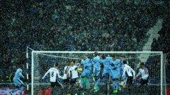 """Най-тежък снеговалеж засипа мача Уест Бромич - Манчестър Сити в петък. Но стадион """"Хоутърнс"""" устоя и двубоят завърши."""