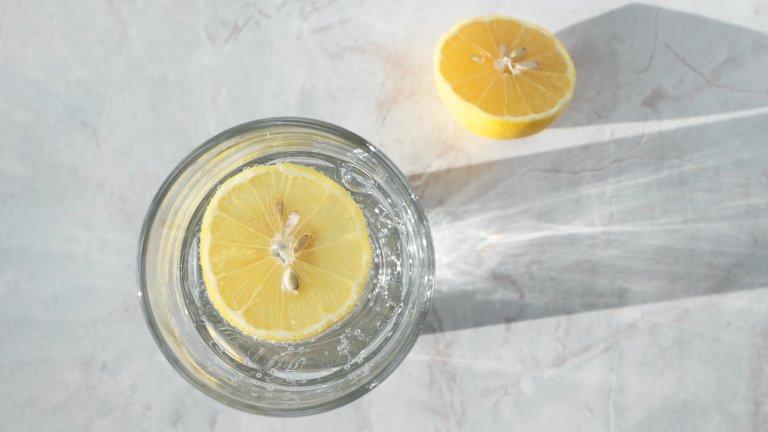 """Почистване на мрамор с лимонПетната по естествени покрития като мрамор са кошмар в домакинството, само че интернет има решение и за това - резен лимон, който сякаш с магическа пръчица премахва мръсотията. Този съвет влиза директно в графа """"Не опитвайте това у дома"""", защото лимонът може и да почисти петното, но освен това ще увреди необратимо мрамора (както и повечето естествени повърхности)."""
