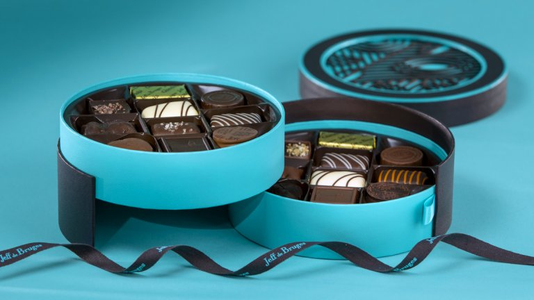 Jeff de Bruges е изобретил безброй начини да подарявате шоколад, като тези прелестни кутии в тюркоаз и кафяво, в които се крият вкусни шоколади асорти… Ще се влюбите в тях!