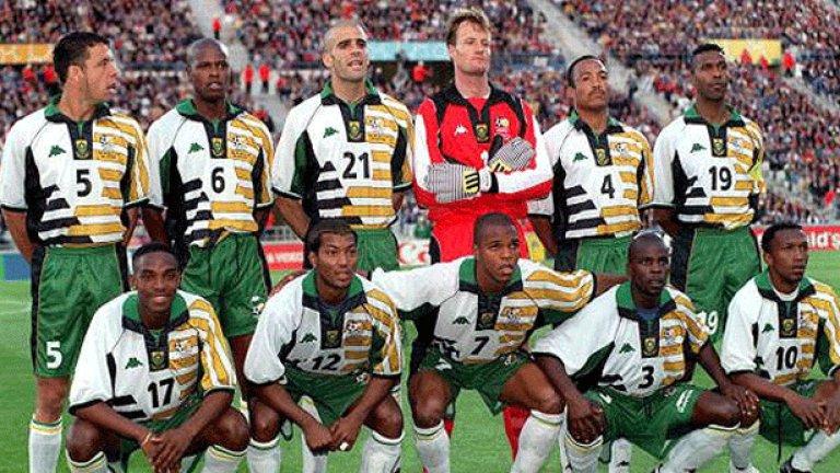 """5. Южна Африка (1998)  Преди 20 години коментаторите кръстиха екипа на южноафриканците """"пижамите"""", а асиметричните фигури по него предизвикваха още повече подигравки."""