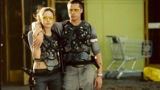 """Двамата се срещат на снимачната площадка на """"Мистър и Мисис Смит"""" през 2004-а година. Химията между тях е видима и на големия екран. Първоначално припламващата любов е предмет на догадки, а Пит е все още женен за Дженифър Анистън."""