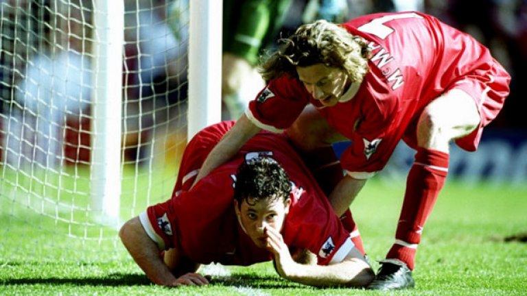 """Роби Фаулър от Ливърпул отпразнува с """"линия"""" гол за """"червените"""" през 90-те."""