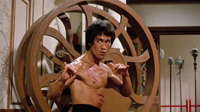 Enter the Dragon  За много хора това е най-великият филм за бойни изкуства изобщо. Той е последният на Брус Лий, като излиза само няколко седмици след мистериозната му смърт. Чисто в културно отношение със сигурност е филмът, който оказва най-голямо влияние през 70-те, а въздействието му продължава да се вижда и досега в екшън жанра. За това спомогна смъртта на Лий, която допринесе за митичния статус на Enter the Dragon, но дори ако погледнем отвъд този контекст, на лице пак остава един екшън шедьовър.