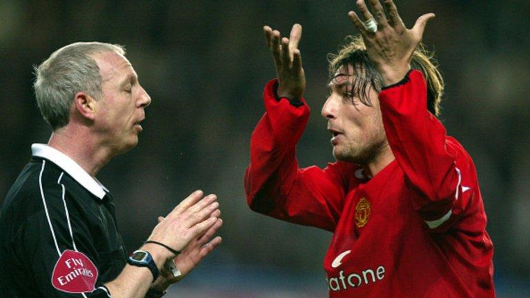 """8. Габриел Хайнце – в Реал Мадрид, 12 млн. евро (2007) Хайнце бе избран за играч на сезон 2004/05, след като пристигна от ПСЖ, но постепенно загуби титулярното си място на """"Олд Трафорд"""" в конкуренцията на Патрис Евра. Аржентинският защитник разгневи феновете, когато се опита да премине в големия враг Ливърпул, но Фъргюсън спря трансфера и го продаде на Реал Мадрид. Хайнце спечели титлата в Ла лига и изигра 58 мача за Реал, преди да бъде продаден на Марсилия две години по-късно. След това игра за Рома, а през 2014-а окачи бутонките след две години в родния си Нюелс. След активната си кариера Хайнце влезе в треньорството, като от декември 2017-а е начело на аржентинския Велес."""