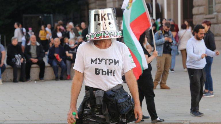 """Събирането на хората започна още от 17 часа. Както обикновено, протестът преминава с викове """"Оставка"""", музика и речи."""