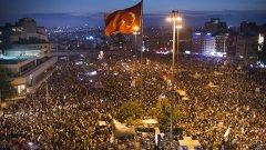 Площад Таксим в Истанбул, в деня, в който турската полиция нахлу на площада - 11 юни 2013