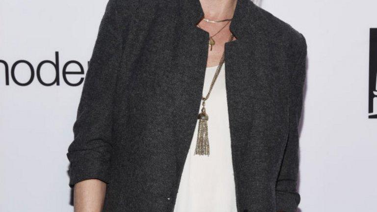 """И американската актриса Джули Боуен тази година има 50-годишен юбилей - на 3 март. Неостаряващото й лице ни е познато през от сериали като """"Кръгът на Доусън"""", """"Адвокатите от Бостън"""", """"Изгубени"""", """"Модерно семейство"""" и др."""