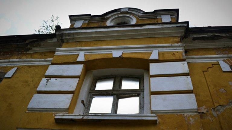 Не е далеч времето, когато старата сграда ще рухне. Останала без покрив, влагата и растенията бавно я убиват