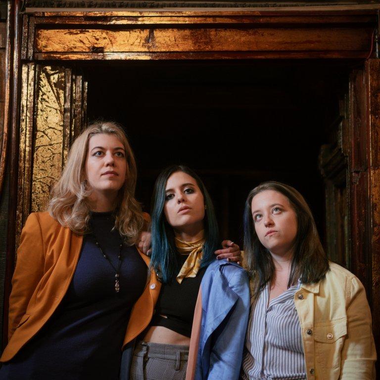 На снимката - от ляво надясно: Алекс, Биа и Мила