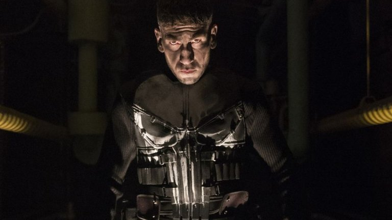 За супергероите всяко положение е извънредно и в техните светове всяка заплаха е само временна. Ето няколко предложения за сериали с такива, с които заедно да борите скуката:  The Punisher Сезони: 2 Гледаме в: Netflix  Започваме със сериала, който е подходящ дори за зрителите, които не искат да гледат пелерини или маски на екран. The Punisher е базиран на комикс, да, но в сърцето си е кървав екшън, в който насилието не е комиксово, а много убедителено. От тази гледна точка - не е подходящ за зрителите с непоносимост към подобни неща, както и за лица под 16 години.  Главният герой - Франк Касъл (Джон Бърнтал), е бивш военен, сполетян от трагедия - семейството му е убито пред очите му. Почерненият Касъл е обявил война на престъпния свят и се е превърнал в антигерой - за него единственото ефективно решение за справяне с престъпниците е смъртта. Сериалът разлежда темите за справедливостта и приятелството, последвано от предателство, като всичко това гарнирано с едни от най-добрите екшън сцени в телевизията. За съжаление, The Punisher беше прекратен след само два сезона заради края на сделката между Netflix и Marvel, но историята е достатъчно завършена.