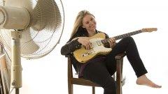 Когато Джоан Шо Тейлър свири на китара, става горещо