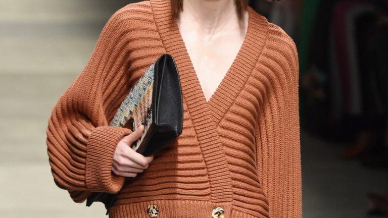 Широка жилетка   Добрата новина тук е, че почти всеки има поне една широка жилетка в гардероба си. Идеята е тази зима да ги носим спокойно, дори и да са oversized. Ако искате да подчертаете фигурата си и да бъдете ефектни, ги съчетайте с тесни панталони и блуза по тялото.