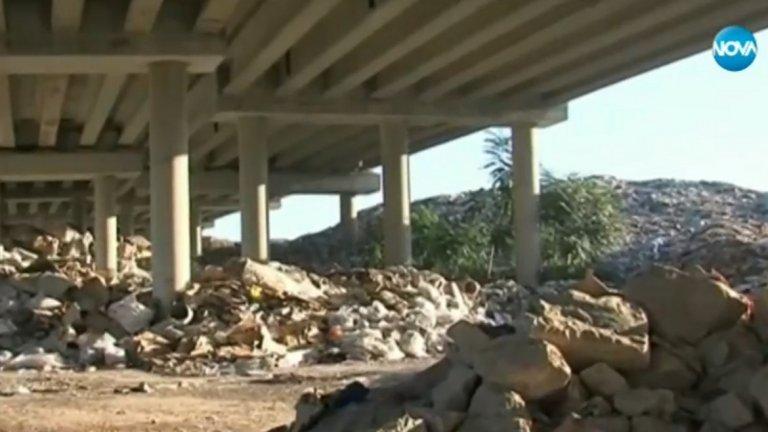 """Собствениците ще бъдат глобени с до 3000 лева, агенцията разчиства терените със собствени средства (на снимката: засегнатите от пожар колони на АМ """"Струма"""")"""