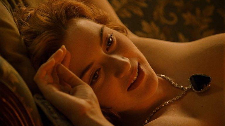 """Кейт Уинслет в """"Титаник"""" Това беше филмът, който даде силен тласък на актрисата и я срещна с един от най-близикте ѝ приятели актьорът Леонардо ди Каприо. До ден днешен обаче Уинслет съжалява за една единствена сцена - тази, в който трябваше да се съблече чисто гола, за да бъде нарисувана от Джак, нейният възлюбен, в чиято роля беше самият Леонардо ди Каприо. Уинслет споделя, че по това време се е чувствала сякаш трябвало да се докаже като актриса, което несъмнено и постигна. В последните две десетилетия обаче тя продължава да бъде притеснявана от феновете си, които все още я молят да се подписва върху голата ѝ снимка от тази сцена."""