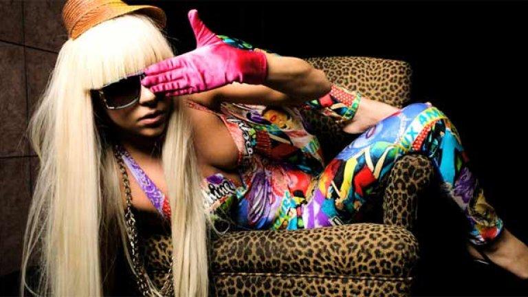 Лейди Гага – The Fame (2008)  Стефани Германота навлезе като Лейди Гага с нахална, безжалостна комерсиална музика в момент, когато на индустрията отчаяно й липсваха нови поп диви. Гага вече звучеше и се държеше като световна звезда, но не ставаше въпрос само за имидж и визия – в самата музика имаше много класа. Песни като Beautiful, Dirty, Rich и Just Dance изразяваха любовта на певицата към славата и хедонизма, но очевидно Лейди Гага осъзнаваше и тяхната повърхностност. Аранжиментите също бяха на изключително ниво с грабващите и запомнящи се денс и диско влияния.