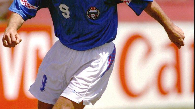 8. Русия - резервен екип (1994)  В Щатите през 1994 г. руснаците бяха решили да се представят с някаква ранна версия на екипа на Хърватия. Дизайнът на ръкавите и яката е озадачаващ, независимо че става въпрос за резервен екип.