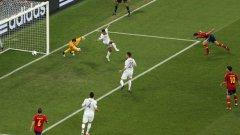 След центриране на Жорди Алба (не се вижда на снимката) Чаби Алонсо откри резултата срещу Франция, а после вкара от дузпа и втория гол в своя мач номер 100 за Испания