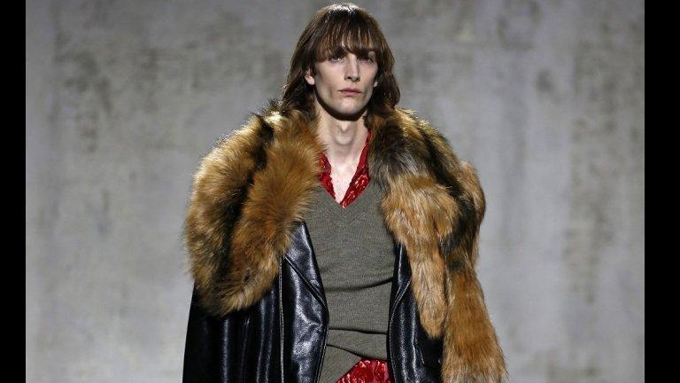 Господата пък трябва да знаят, че една от задължителните връхни дрехи, които всеки трябва да има в гардероба си според модните експерти, е коженото яке. На снимката виждате модел на Дрийс Ван Нотен, показан в Париж.