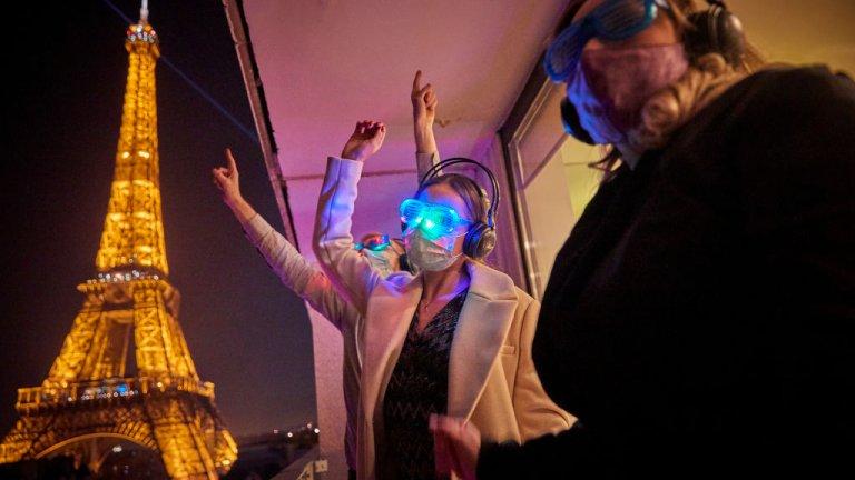 Много страни посрещнаха по-скромно от обичайното Нова година - някои под карантина, други от хотелските балкони, трети - с полупразни площади.    В галерията вижте кадри от света от минутите след полунощ:    В Париж ограниченията не попречиха на купона, само малко го промениха. Така балконите на хотелите около Айфеловата кула се превърнаха в място за диджйески партита, семейни сбирки и споделена радост от настъпването на Новата година.