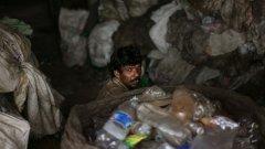 Властите в Индия масово арестуват нелегални производители на алкохол след десетки случаи на загинали от фалшиви спиртни напитки в рамките само на дни.