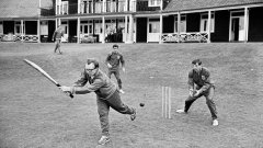 Ноби Стайлс, коравото момче в състава на Алф Рамзи, опитва да играе крикет в базата в Роухемптън. Той е с батата в ръка, а зад него е Мартин Питърс, който е бил отличен състезател по крикет, освен по футбол.