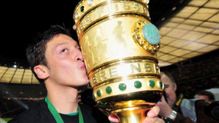 """Месут Йозил В Германия го смятаха за един от най-перспективните младоци, а славата му прескочи пределите на страната през 2008 г., когато вкара един и изработи още два гола за разгромното 5:2 за Вердер срещу Байерн на """"Алианц"""". Тогава Йозил беше на 19."""