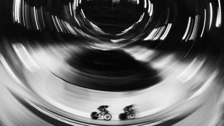 На тази снимка представител на Индия участва в състезание по колоездене по време на големия турнир в Глазгоу