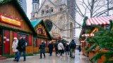 """Коледният базар на Breitscheidplatz в средата на Берлин се разпростира навсякъде се около Мемориалната църква """"Кайзер Вилхелм"""""""