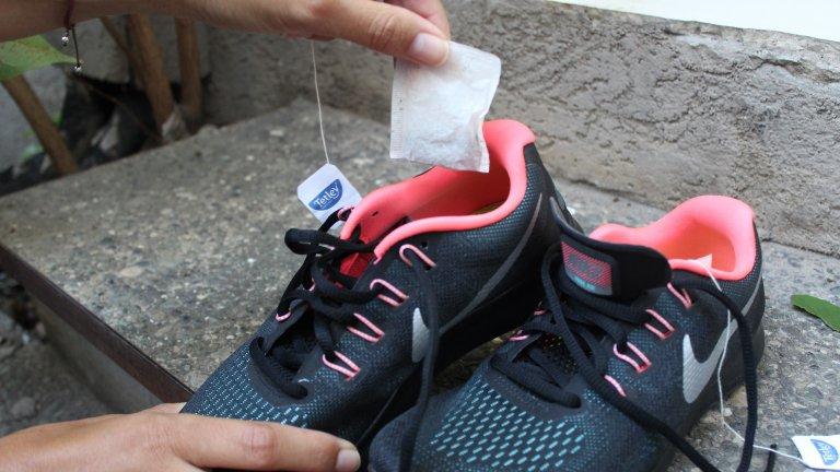 Пакетчета чай против миризма в обувкитеНе хабете хубавия чай за такива неща. Според YouTube две пакетчета чай, по едно във всяка обувка, ще попият и предотвратят лошата миризма. Според всички останали подобен трик е загуба на време и на пакетчета от любимата ароматна напитка, която е в състояние да ароматизира чаша, но не и цяла обувка.