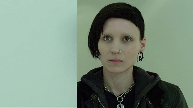 """""""Мъжете, които мразеха жените"""" (The Girl with the Dragon Tattoo)Година:2011Едноименният криминален роман на Стиг Ларшон е перфектен повод за Финчър да се върне към поджанра """"кино за серийни убийци"""" със своя девети филм.Фокусът обаче пада и върху отношенията между разследващия журналист Микаел Бломквист (Даниел Крейг), нает от богаташ да разследва случай с давност от 40 години, и умна хакерка с тъмно минало (Руни Мара), която му става асистент.Двамата попадат в заешка дупка, погълнала много герои на Финчър, а както обикновено, и тук паралелно с ровенето в чуждите престъпления, те се борят и със собствените си травми и обсесии."""