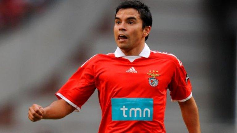 Аржентинецът все още беше в разцвета на силите си, когато изкара успешен период в Бенфика, но по някакъв странен начин той изглеждаше като ранен епилог на кариерата му. Савиола игра и за националния тим на Аржентина, като на Мондиал 2006 се отчете с един гол и две асистенции - но едва на 28 г. се отказа от националния отбор с желание да се концентрира върху клубните си изяви