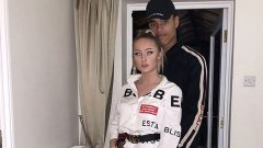 Грийнууд скъса с модела Хариет Робсън през май.