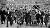 Удивителното е, че за две-три седмици новата болест засегна футбола много повече, отколкото Втората световна война. През 40-те години на миналия век в някои страни първенствата изобщо не спират, а други поддържат формата на националните си отбори с приятелски мачове.