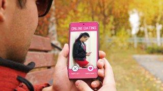 "Инстаграмки, ""лудички"", послъгващи: женските профили в Tinder"