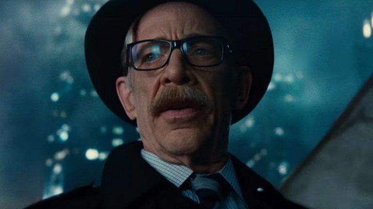 """Последният актьор, изиграл ролята на голям екран, е Джей Кей Симънс в несполучливия """"Лигата на справедливостта"""". Преди него Гордън е бил игран от Пат Хигъл и Гари Олдман."""