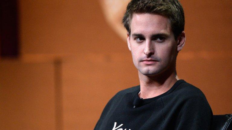Пословичен е случаят, в който младият предприемач отблъсква оферта за 3 милиарда долара от Марк Зъкърбърг през 2013-а година. Малко след това Facebook се опитват да копират Snapchat, като създават алтернативно приложение, наречено Poke. Безуспешно.