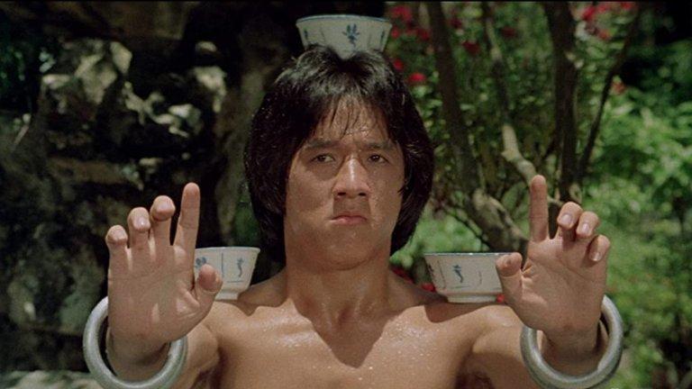 """Drunken Master / """"Пияният майстор""""  Не, не, това не е история за младеж, придобил свръхестествени бойни умения след три водки в Студентски град. Става въпрос за филмът, разкрил пред света таланта на Джеки Чан, който доказа, че не само може да пребие всеки, но го прави и по забавен начин. Пияният майстор включва някои от най-смешните бойни сцени в киното и провокира цяла поредица от опити да бъде копиран. Никой обаче не достига до нивото на Чан."""
