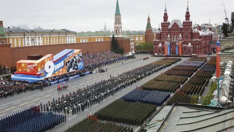 2. Русия Най-голямата държава по територия разполага с огромни количества полезни изкопаеми, включително природен газ и нефт. Русия също така разполага и с втората по сила армия в света, както и с растящо политическо влияние. Кремъл успява да се наложи на все повече места като лидер на доверие и незаобиколим фактор. Със стратегията си да използва неконвенционални методи за водене на война, Русия успява да си осигури влияние и достъп до ресурси в множество проблемни точки по света.