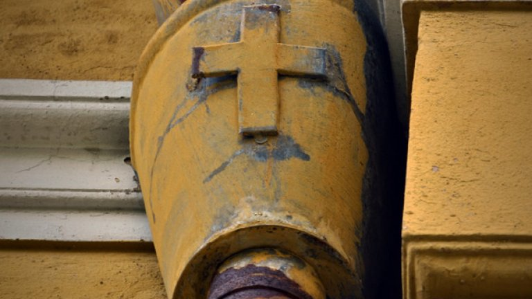 Метални кръстове, поставени върху улуците, говорят за връзката с църквата, която постройката някога е имала