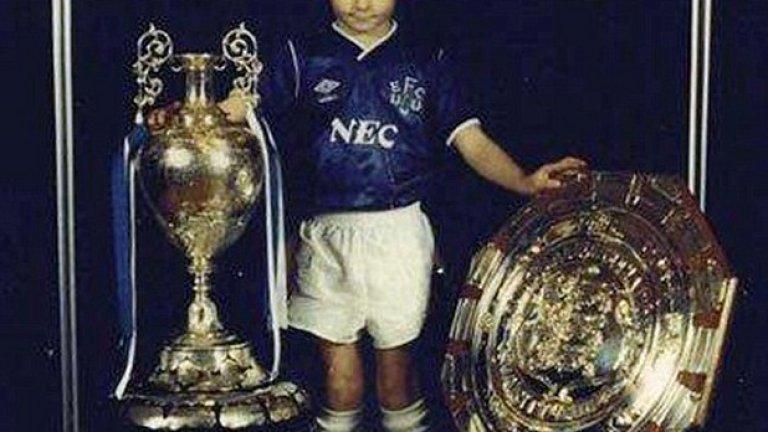 Стивън Джерард като дете с екипа на Евертън и с отличията, които след това спечели като играч на Ливърпул.