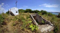 Входът към бункера е обрасъл с гъста растителност. От земята стърчат арматурни железа, които допълнително затрудняват проникването в отбранителното съоръжение.