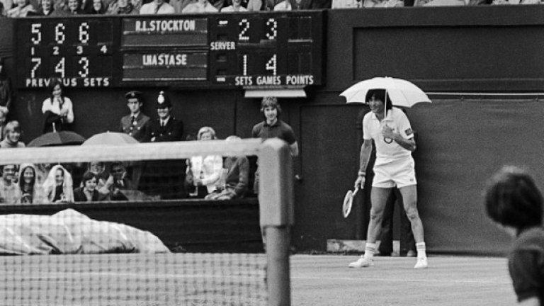 8. Заради богата история. Когато говорим за тенис, няма как да не споменем най-стария турнир от Големия шлем – Уимбълдън. А когато говорим за Уимбълдън, няма как да не споменем ягоди със сметана. Какво свързва тези две неща? Десертът за първи път е поднесен на зрители през 1877 г., когато 200 човека изгледали финала, където Спенсър Гор се превърнал в първия шампион на турнира. От тогава насам са се консумирали тонове ягоди, като към днешни дни средно се изяждат по 28,000 килограма за двете седмици, в които Уимбълдън се провежда. И само като си представим, че това е една малка част от историята. Един живот не стигна да се научи историята на играта, но си заслужава човек да се пробва!
